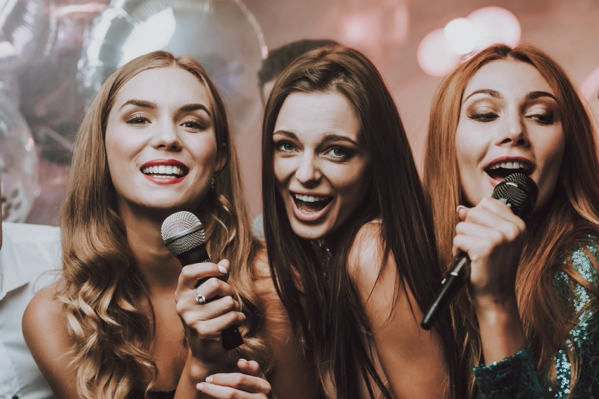 groupe de copines qui chante lors dun karaoke