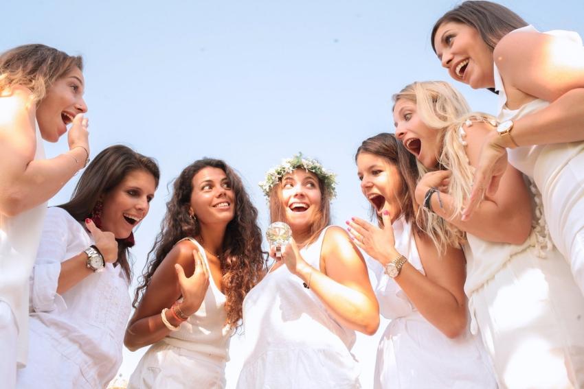 groupe de copines qui joue à un jeu