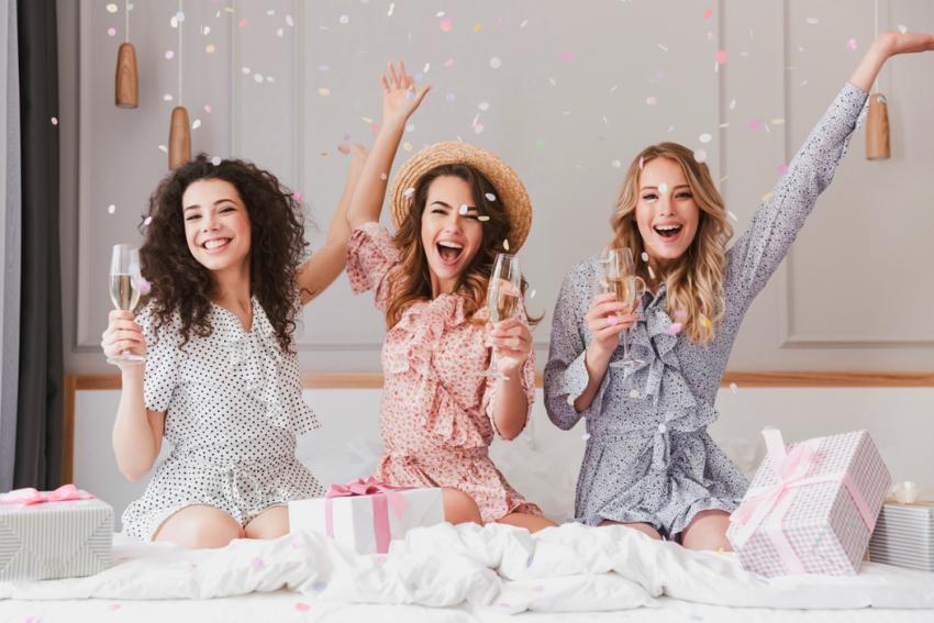groupe de filles a une soiree pyjama