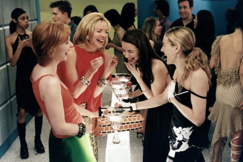 groupe de filles lors dune soiree dans un bar