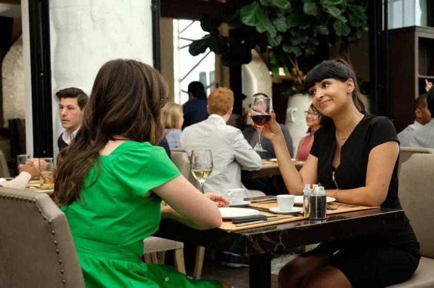 cece et jess dans un restaurant new girl