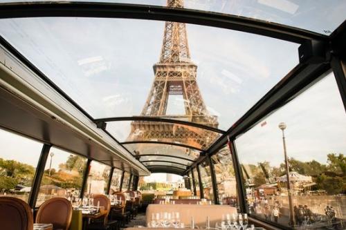 dejeuner dans un bus en visitant paris