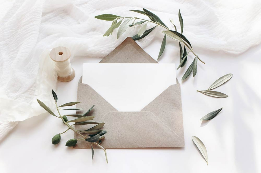 enveloppe avec deco feuilles et bobine de fil