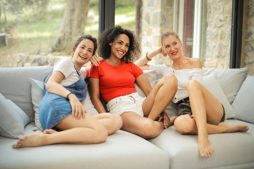 groupe de trois copines sur un canape