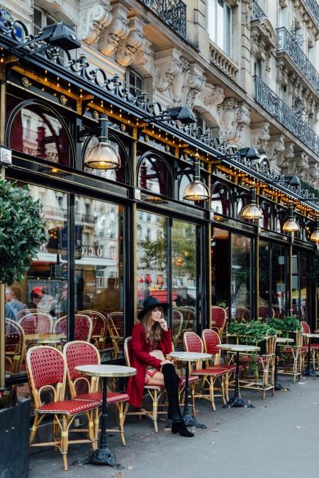 restaurant a paris terrasse exterieure avec femme en rouge assise