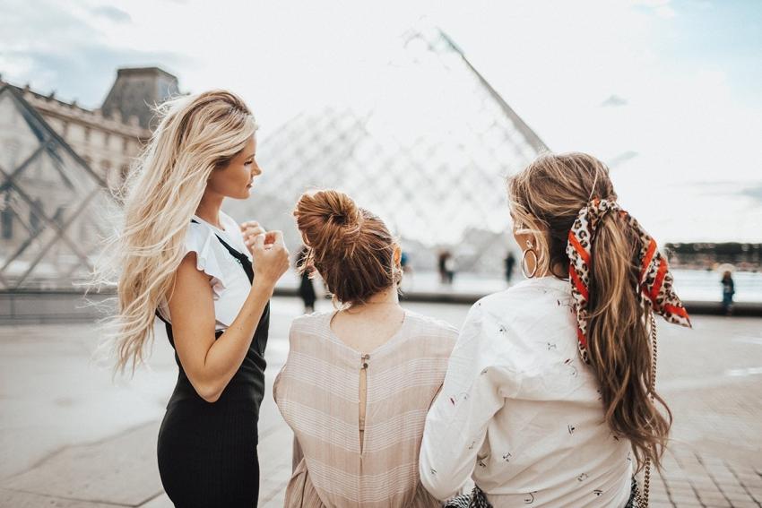 trois copines au musee du louvre