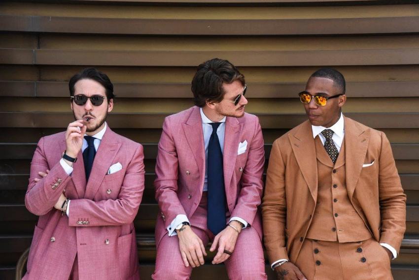trois hommes en costard colores